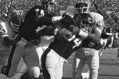 Louis Wright brings down Walter Payton